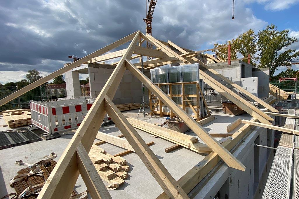 Der-Dachstuhl-ist-fast-fertig-montiert---VILLA-NEUSEENLAND-in-Böhlen